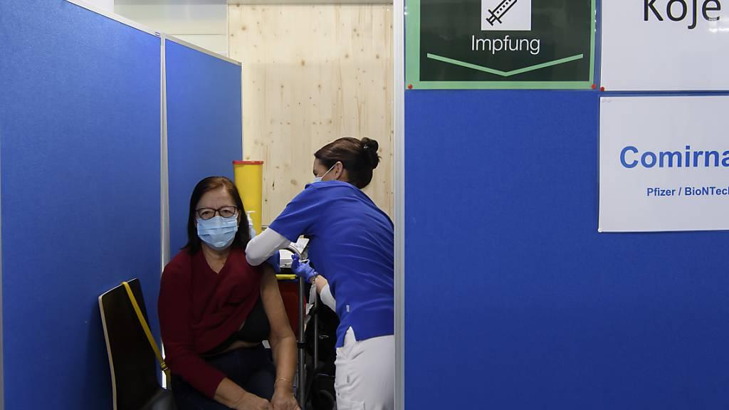 Mit dem Fortschreiten der Impfkampagne soll die Wirtschaft gemäss BAK wieder an Schwung gewinnen. (Archivbild)