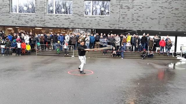 Glockengeläut und ohrenbetäubende Geissel-Kunst am Chlausklöpf-Wettbewerb.