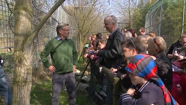Am Sonntag trafen sich Raubtierpark-Unterstützer in Subingen. Mittendrin steht sz-Redaktor Urs Byland, der René Strickler befragt.