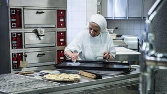 Schwester Verena konzentriert sich auf ihre Arbeit.