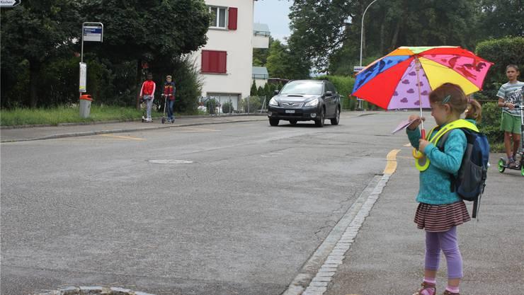 Schüler auf dem Heimweg beim Schulhaus Eichholz: zu Fuss, mit Scooter und mit Elterntaxi.