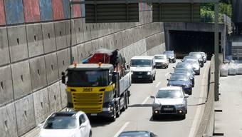 60000 Autos pro Tag passieren pro Tag den Schänzlitunnel (Blick zur Tunnelausfahrt und zu den von Reinach her kommenden Fahrzeuge). Kenneth Nars