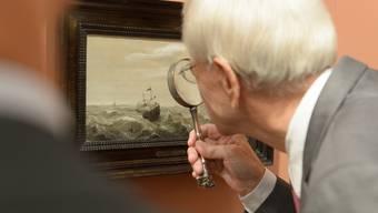Ein Besucher betrachtet ein Gemälde im Zürcher Kunsthaus