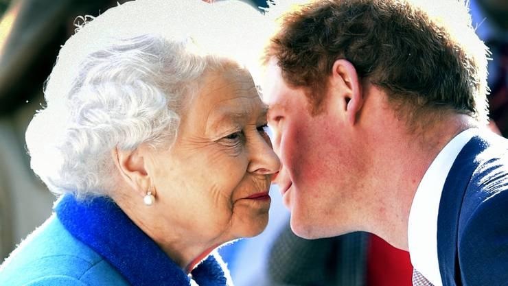 Königin Elizabeth II. verleiht auch Enkel Harry eine Auszeichnung (Archiv)