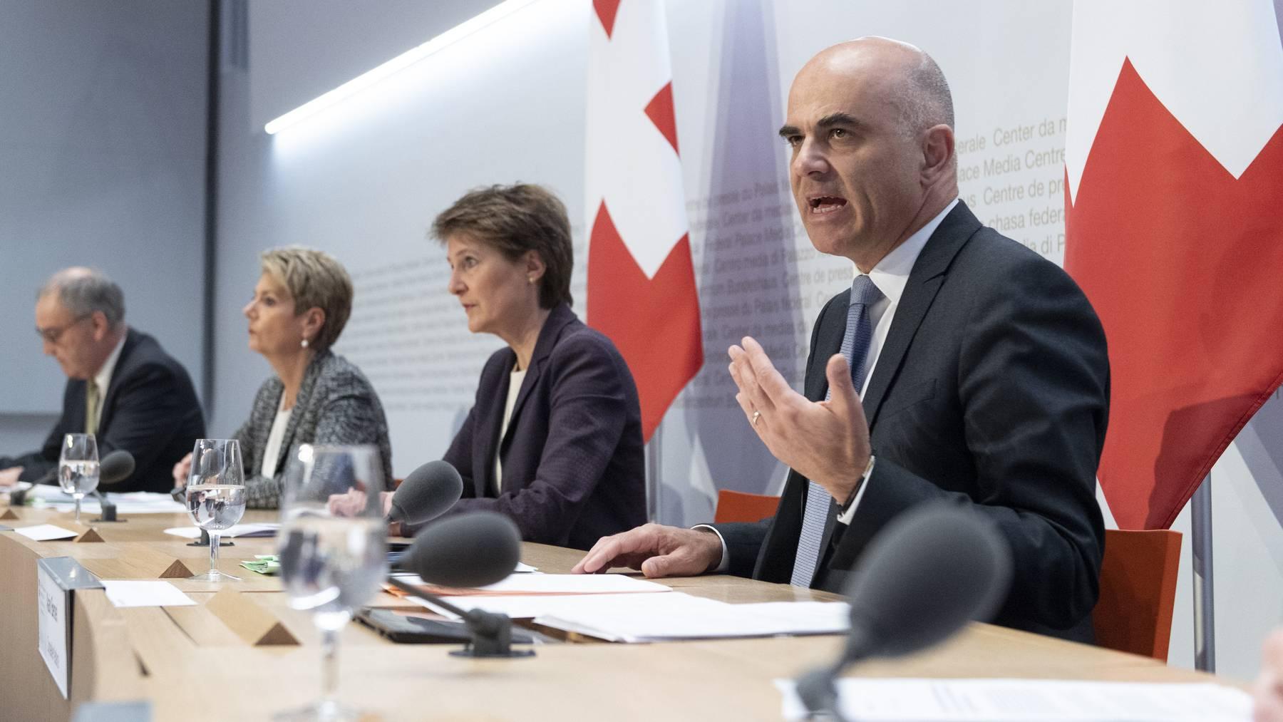 Die vier Bundesräte Berset, Sommaruga, Keller-Sutter und Parmelin (v.r.) informieren am Freitag in Bern die Medien.