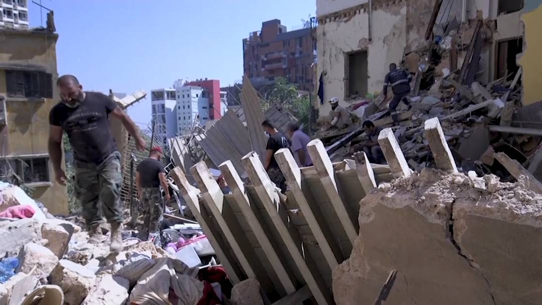 Hoffen auf Lebenszeichen: Retter suchen in Beirut nach Verletzten