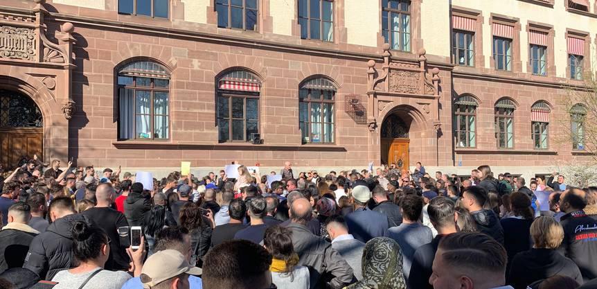 Die Trauernden beim Schulhaus Gotthelf in Basel
