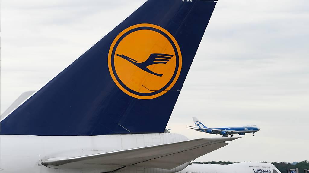 Der deutsche Flugkonzern Lufthansa schreibt im Coronajahr einen Rekordverlust von 6,7 Milliarden Euro. Auch im laufenden Jahr ist der Flugplan der Lufthansa coronabedingt noch ausgedünnt.(Archivbild)
