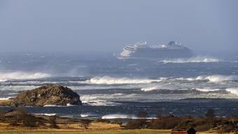 Ein Kreuzfahrtschiff ist vor den Toren Norwegens in Seenot geraten und bei den Rettungsarbeiten in der Nacht auf Sonntag wurden zahlreiche Menschen verletzt.