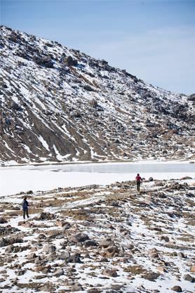 Ziel erreicht: Der Kratersee vor der Hütte auf dem Ontake-Vulkan.