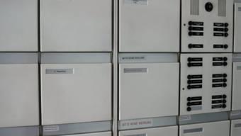 Briefkästen eines Mietshauses: Sanierungen in Mietshäusern können wegen höherer Mieten zu Wechseln führen (Symbolbild)