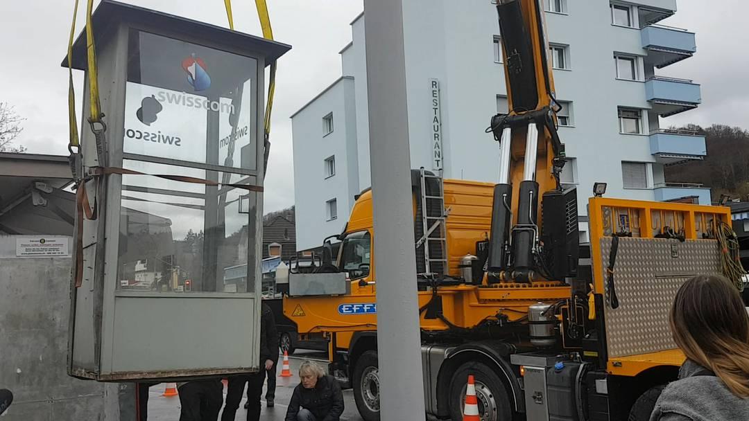 Die letzte Swisscom-Telefonkabine wird abtransportiert