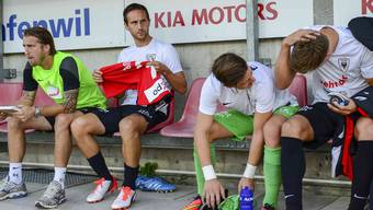 Sandro Burki (zweiter von links) findet sich auf der Ersatzbank wieder