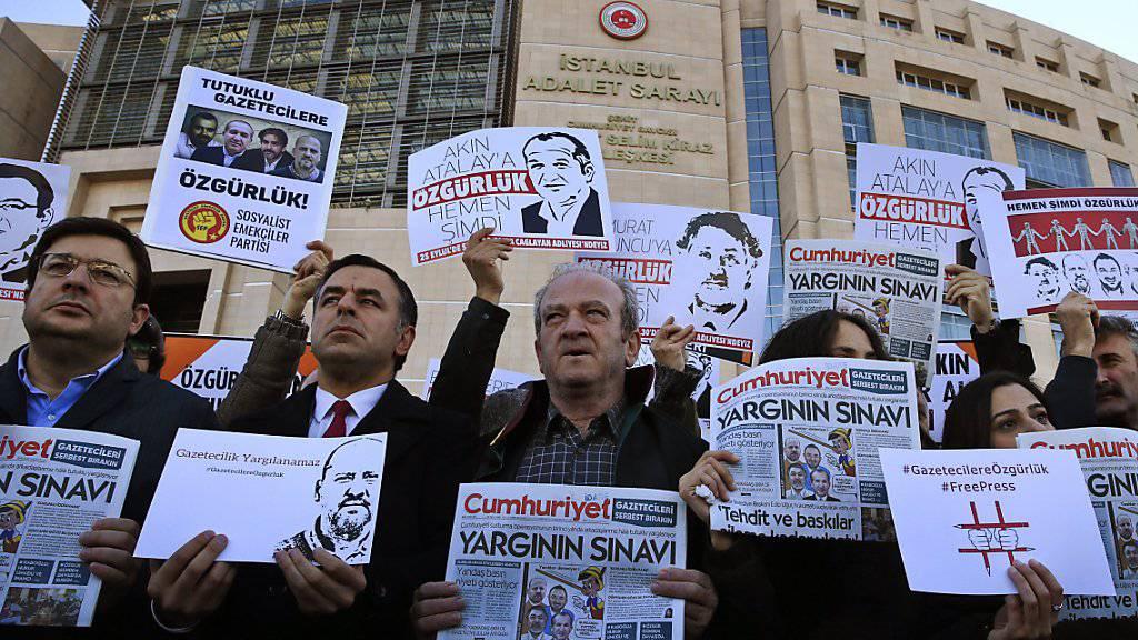 Unterstützer der Angeklagten vor dem Gerichtsgebäude in Istanbul.