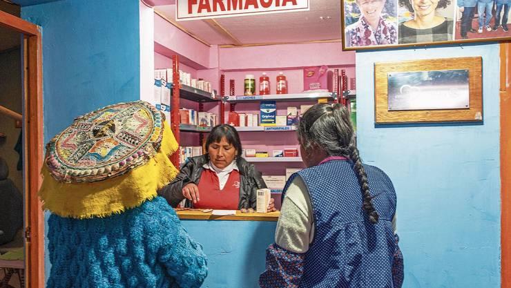 Dank Aarauer Hilfe geht es den Einheimischen besser. Im Medical Center können die Einheimischen Medikamente beziehen. Hier hängt auch ein Foto von Danièle Turkier (oben Mitte).