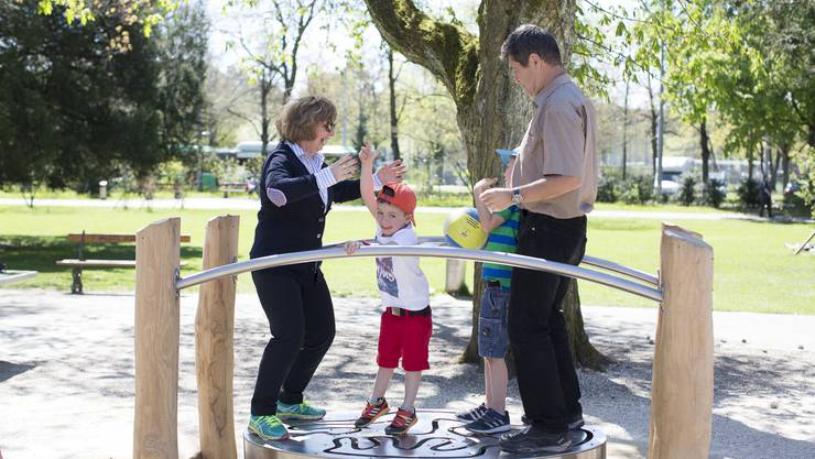 Der von Debora Wick entwickelte «Partnertanz» steht bereits. Nur mithilfe der Erwachsenen gelingt es, die Kugel durchs Labyrinth zu führen.