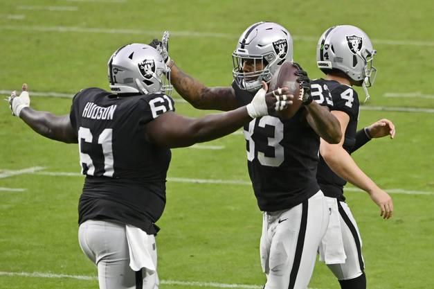 Die Spieler von den Las Vegas Raiders Rodney Hudson (links) und Darren Waller bejubeln einen Touchdown.
