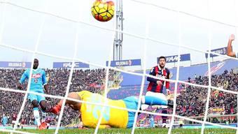 Ball im Netz: Bolognas Doppeltorschütze Mattia Destro bezwingt Napoli-Keeper Pepe Reina zum 1:0