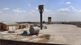 Kämpfer der YPG-Kurdenmilizen gingen am Montag in einem von den US-Truppen verlassenen Posten in der nordsyrischen Grenzstadt Al-Abiad herum.