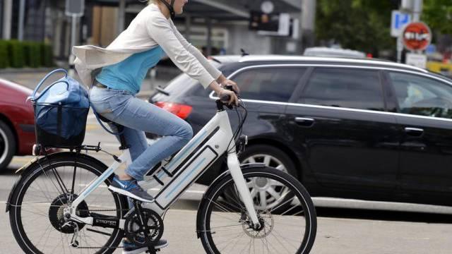 Eine Elektrobike-Fahrerin in Zürich (Archiv)
