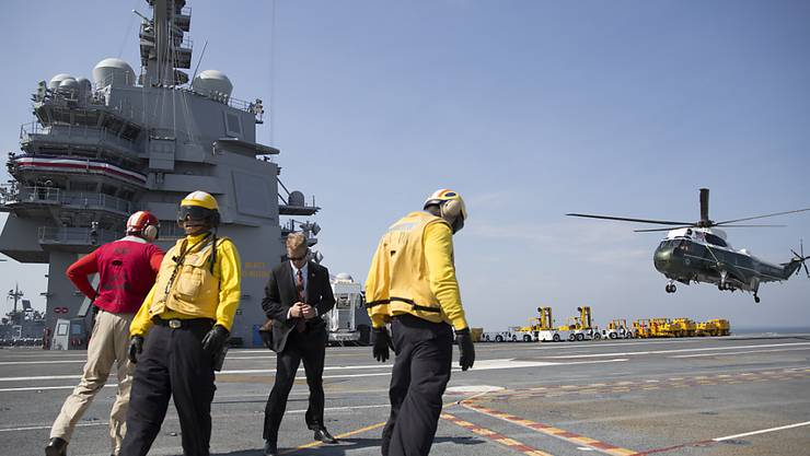 US-Präsident Trump landet an Bord des Marine One-Helikopters auf dem Flugzeugträger.