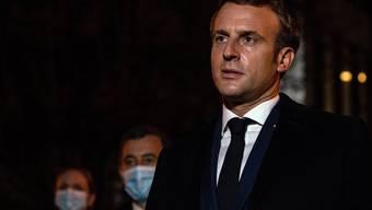 Emmanuel Macron spricht vor der Schule, in der der getötete Lehrer unterrichtete.