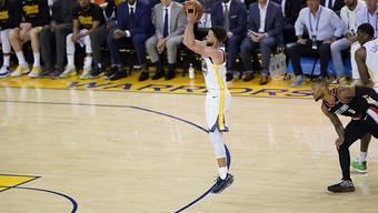 Stephen Curry bei einem seiner drei Punkte