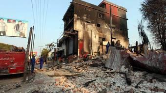 Feuerwehrleute räumen nach Unruhen im burmesischen Meiktila auf