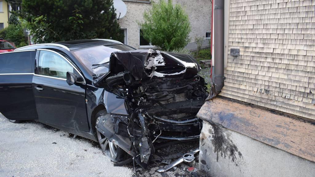 Alkoholisierter Autofahrer schläft ein und rast in Hauswand