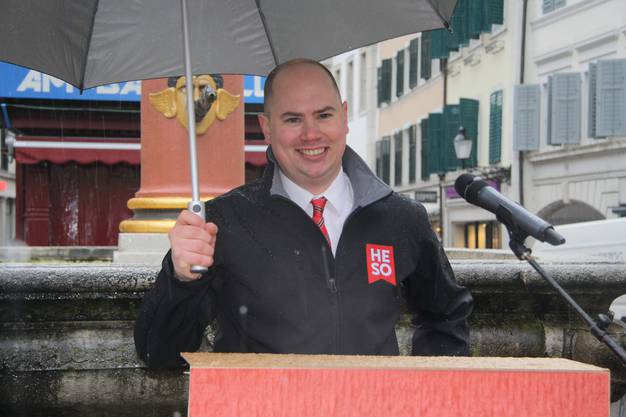 HESO-Bauchef Alain Walter begrüsst als Novize der Narrenzunft Honolulu zum Säulirennen.