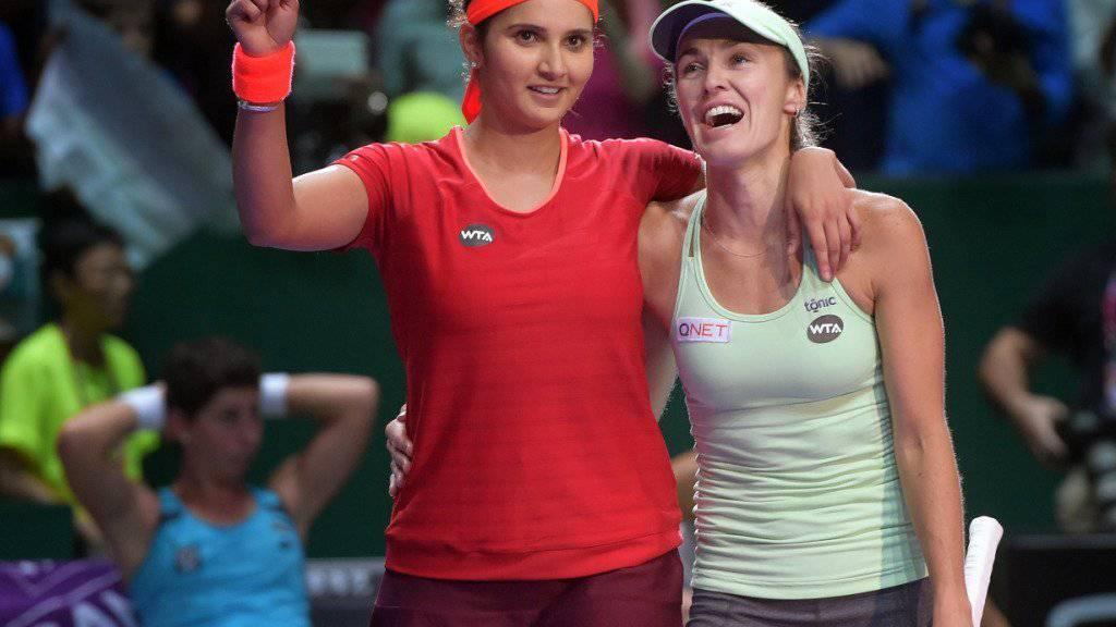 Sania Mirza (links) und Martina Hingis freuen sich über einen weiteren Titel