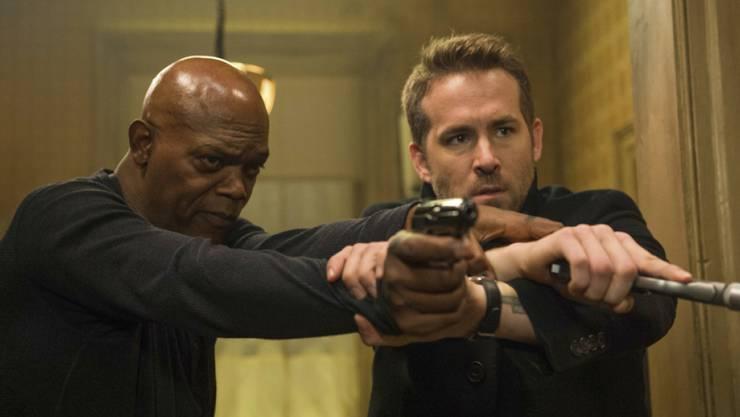 """Samuel L. Jackson (l) und Ryan Reynolds spielen in """"The Hitman's Bodyguard"""". Der Film machte am Wochenende vom 1. bis 3. September 2017 das Rennen bei den US-Kinocharts. (Archiv)"""
