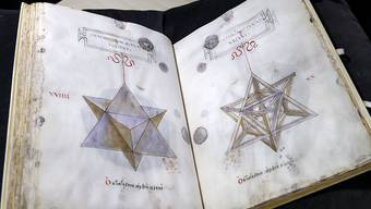 """Die mathematische Abhandlung """"De Divina Proportione"""" aus dem Jahr 1498 ist einer der Schätze der Bibliothek Genf. Die Zeichnungen werden Leonardo da Vinci zugesprochen. Dieser Schatz wird nun erstmals der Öffentlichkeit präsentiert."""