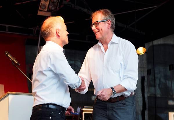 Martin Wey bekommt von Ernst Zingg den goldfarbenen Stadthausschlüssel
