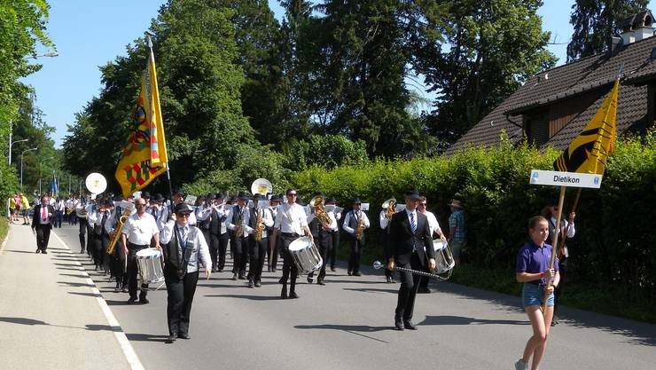 So wie die Stadtmusik Dietikon marschierten am Wochenende zahlreiche Musikvereine durch Huasen.