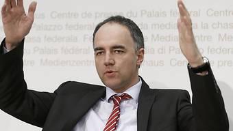 Darbellay verwirft die Hände ob gewissen FDP-Politikern (Archiv)
