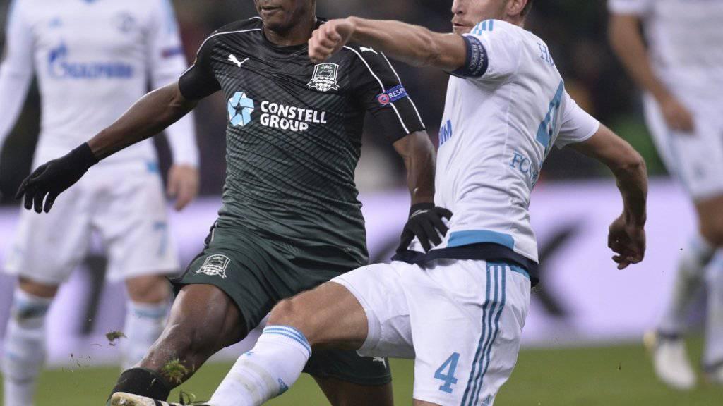 Charles Kabore von Krasnodar (links) kämpft gegen Schalkes Benedikt Höwedes um den Ball. Am Ende behielten Höwedes und Co. mit 1:0 die Oberhand