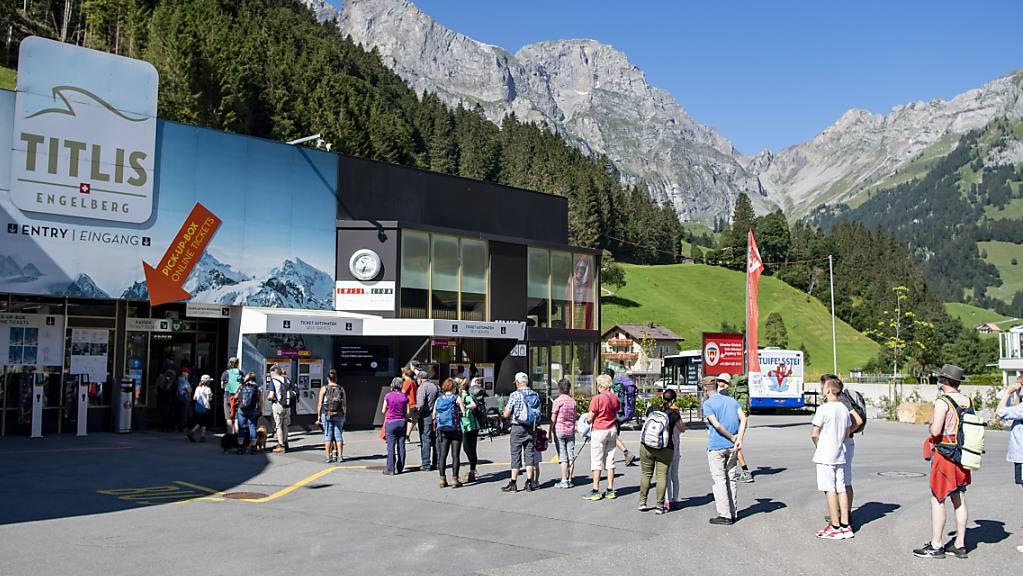 Es waren schon mehr Wanderer und Spaziergänger bei der Talstation der Gondelbahn von Engelberg nach Trübsee und Titlis. (Archivbild)