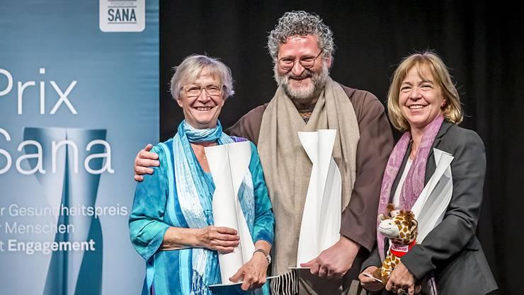 Mönch mit zwei Damen: Fra Martino Dotta (Mitte), flankiert von Anna Maria Sury (links) und Margaretha Rieser (rechts) nach der Übergabe des Prix Sana 2019.