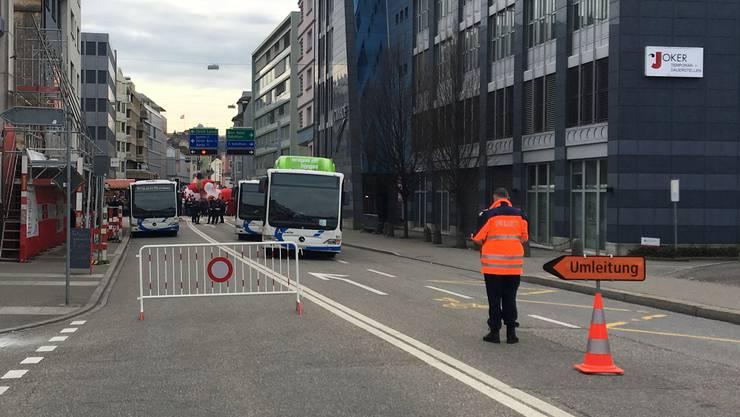 Bei der Fasnacht im vergangenen Frühjahr versperrten Busse der BOGG die Fahrbahn in der Froburgstrasse als Schutzschild gegen mögliche Irrläufer.