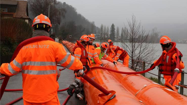 Am 22.Januar wurden zum letzten Mal die «Beaver»-Schläuche in Wallbach in Position gebracht. Archiv/dka