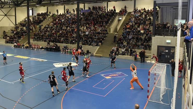 Eine Übersicht über die mit 1780 Fans prallgefüllte Goeasy Arena in Station Siggenthal beim Eröffnungsspiel der Nationalliga B: TV Endingen – STV Baden.