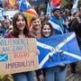 Fröhlich in die Unabhängigkeit marschieren diese jungen Schotten am 5. Oktober in Edinburgh.