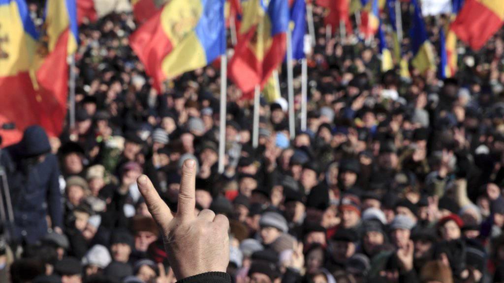 An den Protesten beteiligten sich Anhänger der proeuropäischen ebenso wie der prorussischen Opposition.
