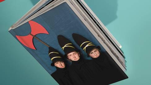 Wenn im Dunkeln drei hohe, schwarze Hüte lauern, dann wissen Generationen von Kindern, was es geschlagen hat: Tomi Ungerers drei Räuber sind los. Dieses Jahr treiben sie ihr Unwesen am Theater Basel als Musiktheater für die ganze Familie. In der Regie von Daniela Kranz gibt es viel Humor und eine Prise Folkpop mit «The Bianca Story». Ab 4 Jahren.