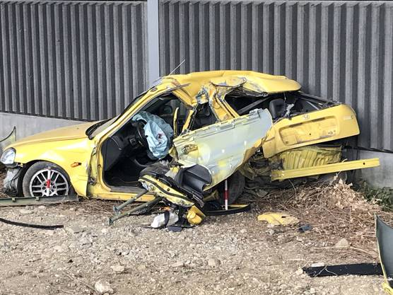 Ein Kleinwagen ist am Mittwochmittag auf der A22 bei Itingen in einen Betonpfeiler gekracht. Beim Selbstunfall wurde der 19-jährige Lenker schwer verletzt. Die Unfallursache ist unklar.