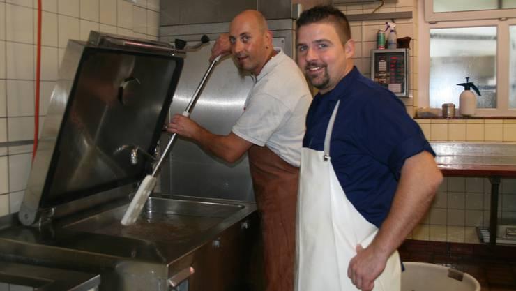 Markus Steiner (rechts) assistiert Produktionsleiter Stephan Wächter bei der Herstellung von Blutwürsten. par