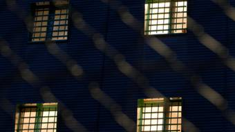 Vergitterte Fenster eines Gefängnisses (Symbolbild)