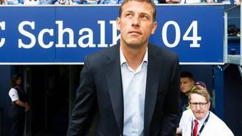 Markus Weinzierl, zuvor Coach bei Augsburg, läuft nun als Trainer von Schalke 04 ins Stadion ein