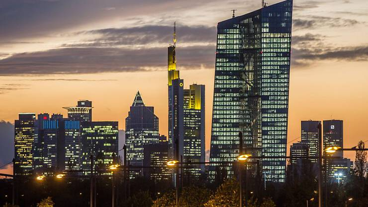 Die Europäische Zentralbank EZB in Frankfurt (rechts im Bildvordergrund) hilft dem französischen Bankensystem, falls nach der Wahl Chaos an den Finanzmärkten ausbrechen sollte. (Archivbild)